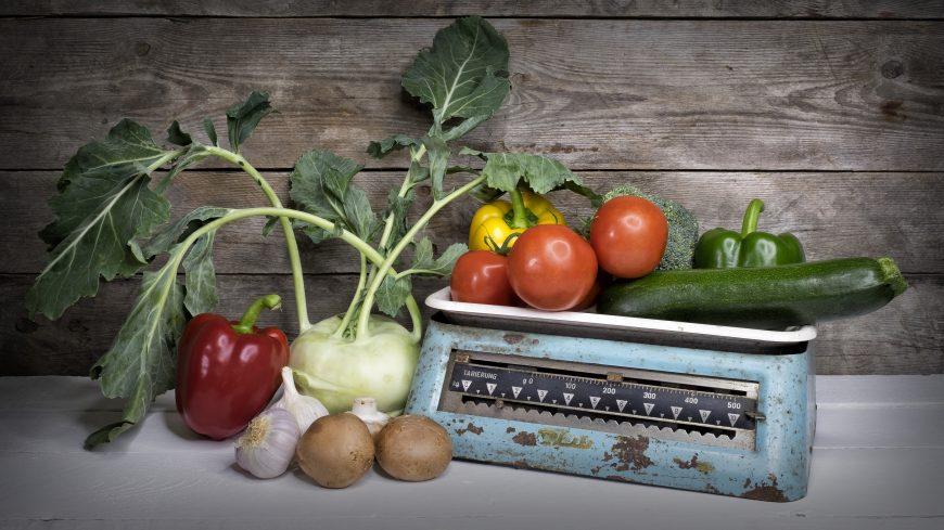 Gemüse auf einer alten Waage
